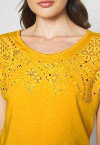 Kaporal - ANAIS - T-shirt imprimé - curry - 4