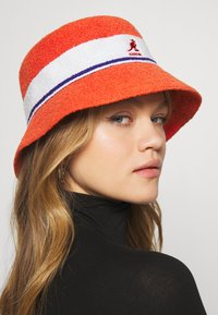 Kangol - BERMUDA STRIPE BUCKET - Klobouk - fiery orange - 4