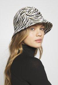 Kangol - CARNIVAL CASUAL - Hat - white/black - 3