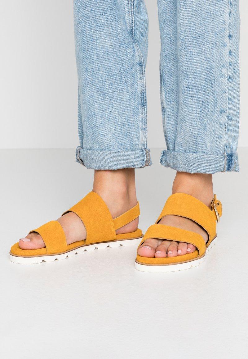 KIOMI - Sandaalit nilkkaremmillä - yellow