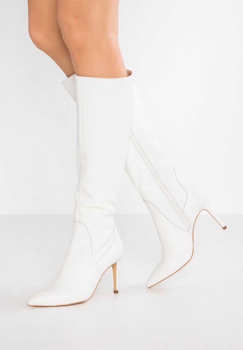 KIOMI - Laarzen met hoge hak - white