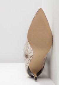KIOMI - Boots med høye hæler - beige - 6