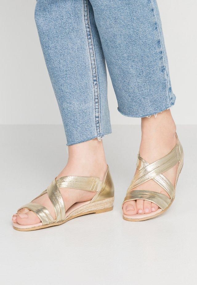Sandały na koturnie - gold