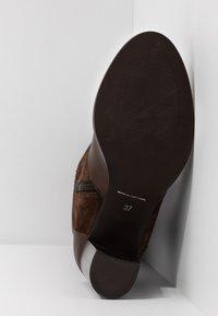 KIOMI - Stivali alti - brown - 6