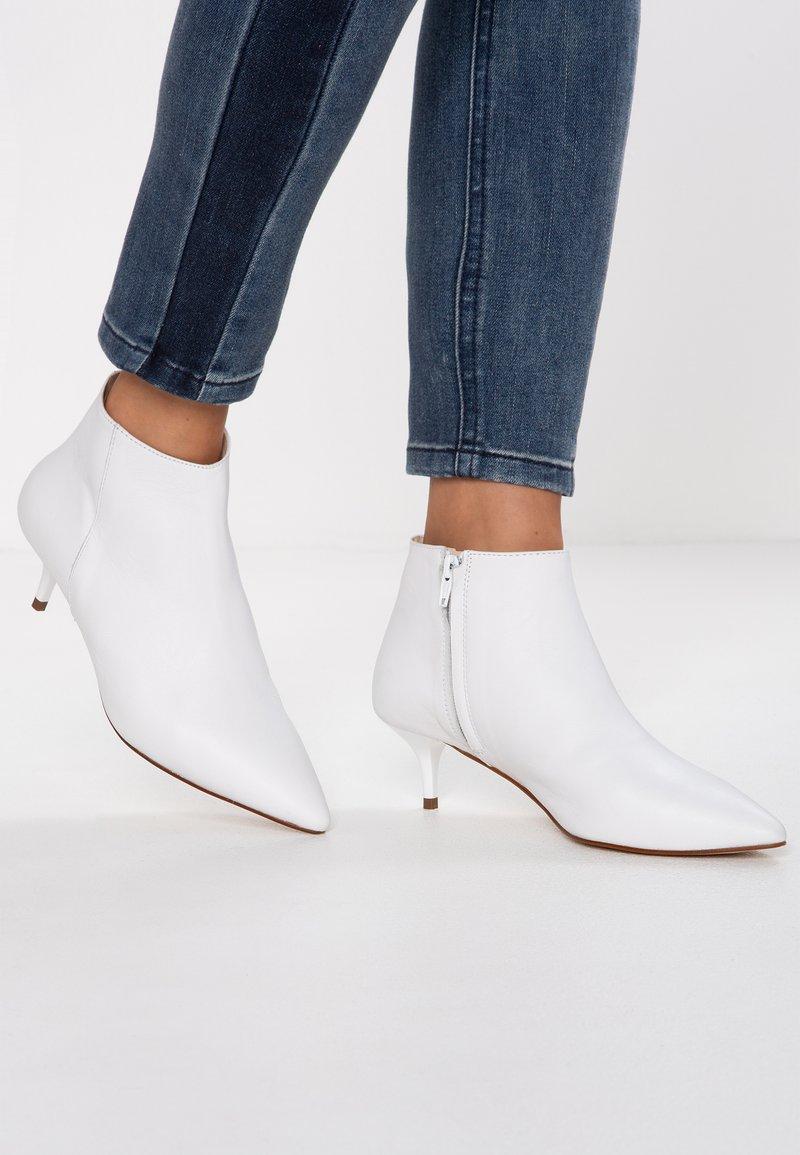 KIOMI - Botines - white