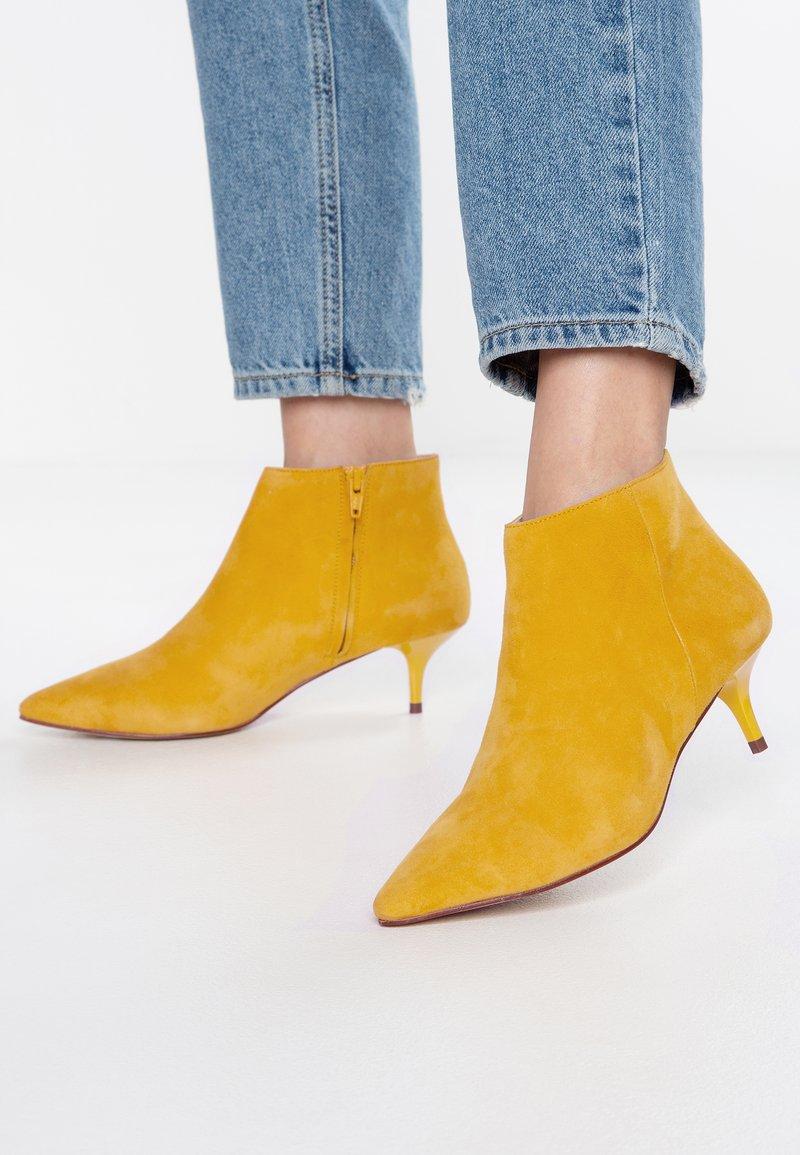 KIOMI - Botines - yellow
