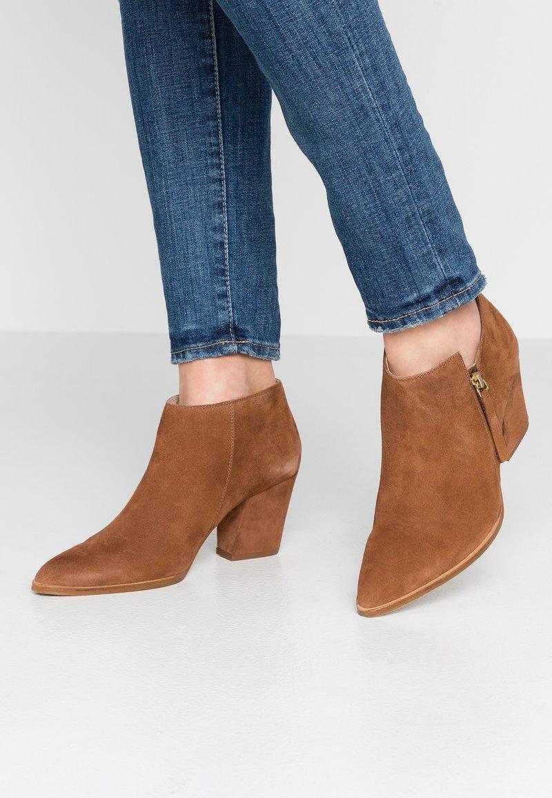 KIOMI - Classic ankle boots - cognac