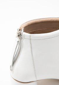 KIOMI - Kotníkové boty - white - 2