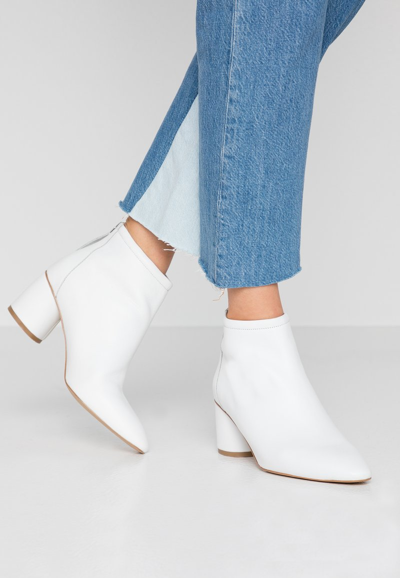 KIOMI - Kotníkové boty - white