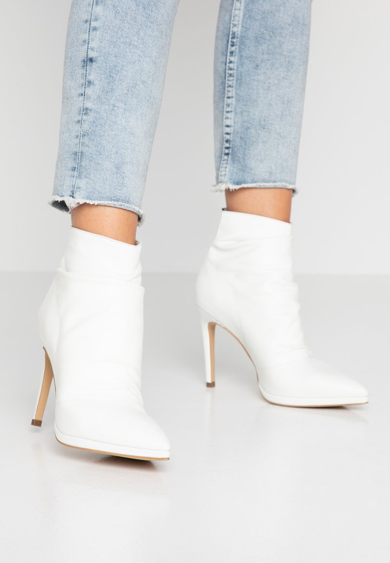 KIOMI - Classic ankle boots - white