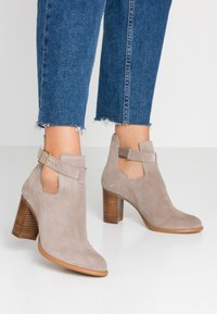 KIOMI - Classic ankle boots - beige - 0