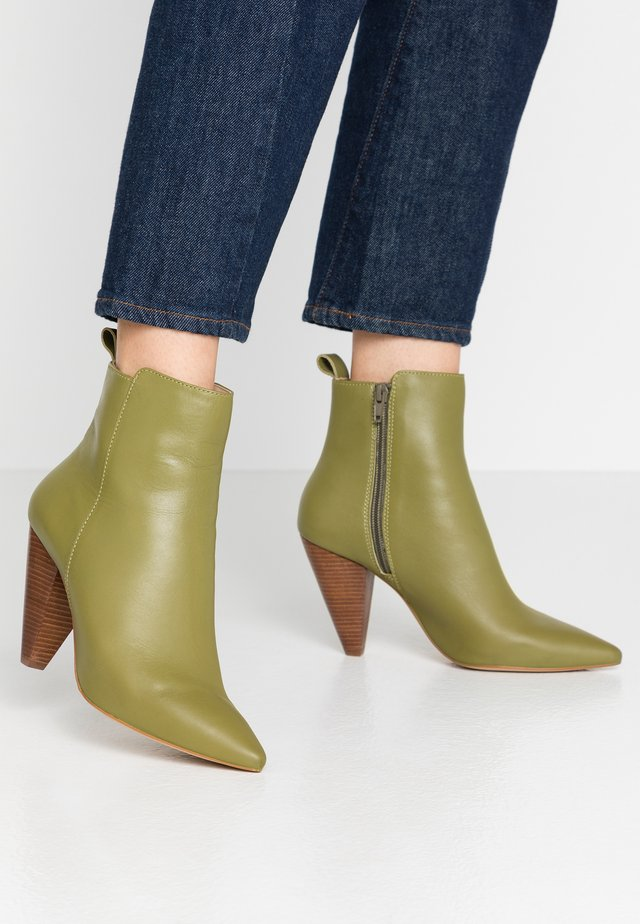 Classic ankle boots - oliv