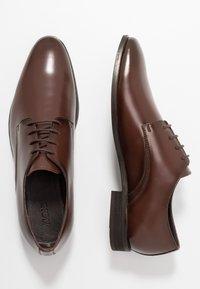 KIOMI - Zapatos con cordones - brown - 1