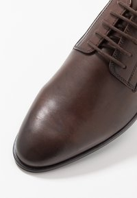 KIOMI - Zapatos con cordones - brown - 5