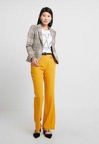 KIOMI - Pantalon classique - dark yellow - 1