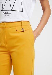 KIOMI - Pantalon classique - dark yellow - 4