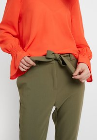 KIOMI - Trousers - burnt olive - 4