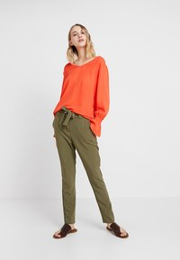 KIOMI - Trousers - burnt olive - 1