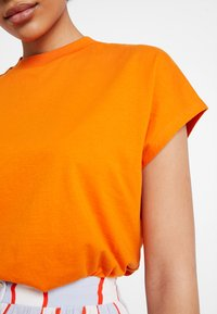 KIOMI - T-shirts - russet orange - 5