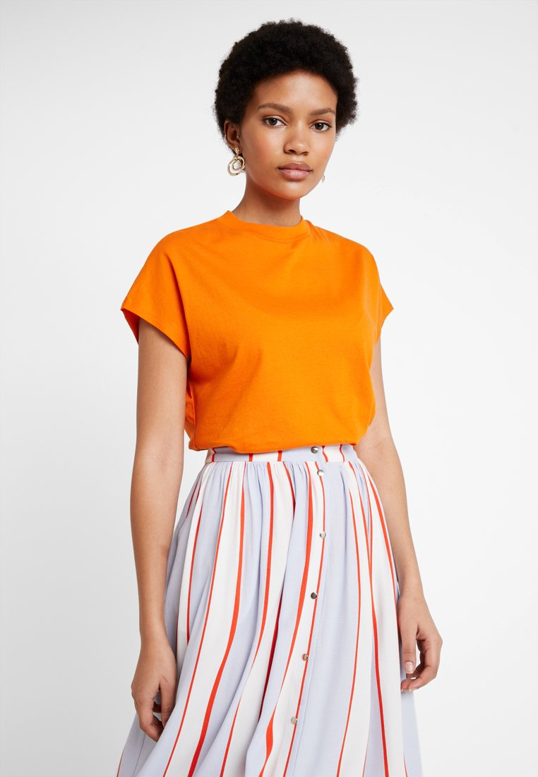KIOMI - T-shirts - russet orange