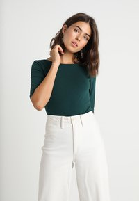 KIOMI - Print T-shirt - green gables - 2