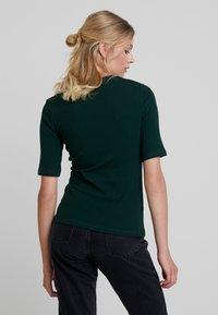 KIOMI - T-shirts - scarab - 2