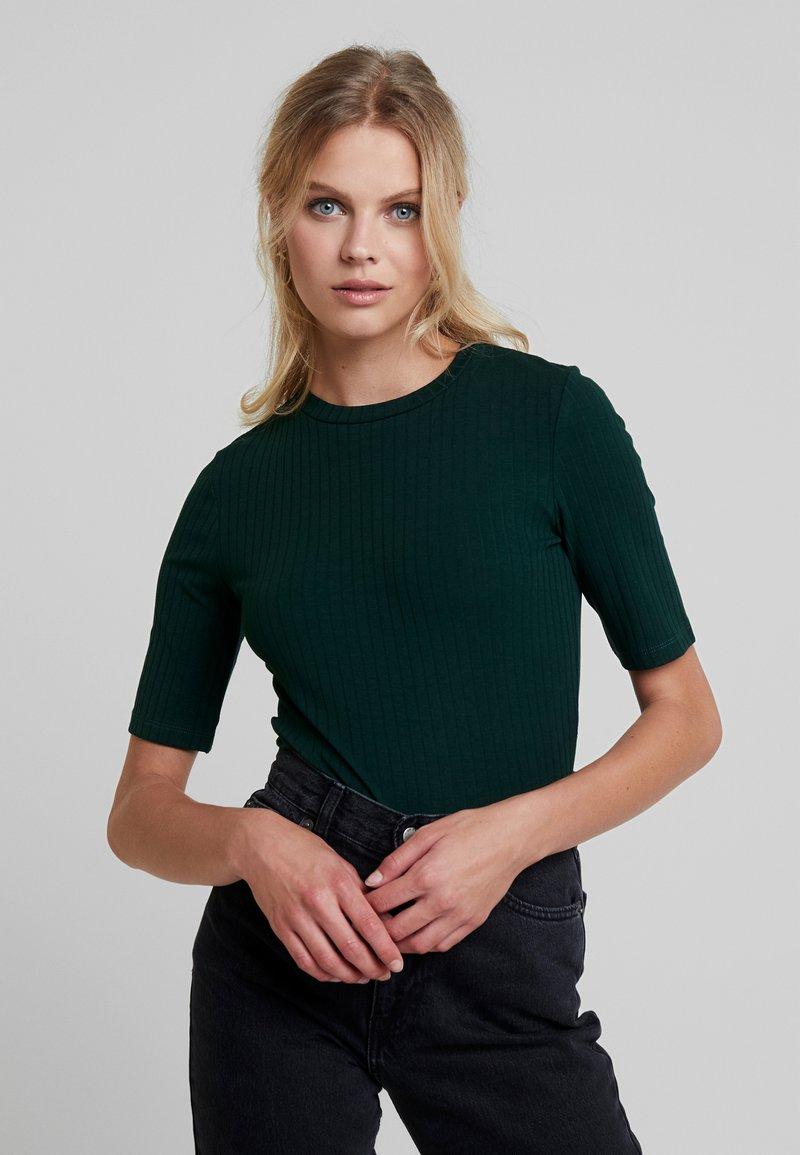 KIOMI - T-shirts - scarab