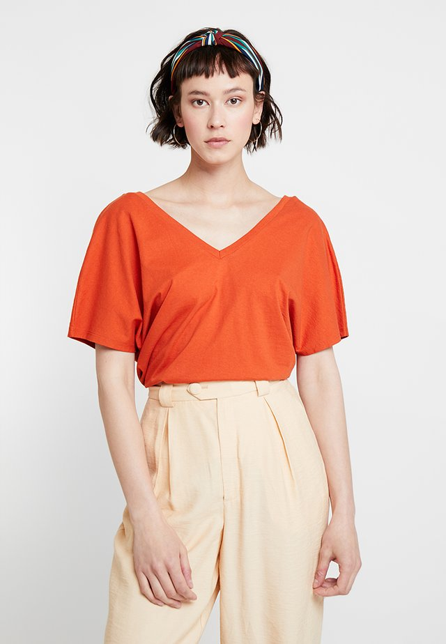 T-shirt print - orange rust
