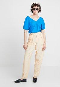 KIOMI - Print T-shirt - directoire blue - 1