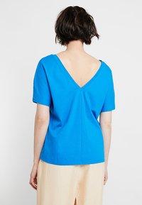 KIOMI - Print T-shirt - directoire blue - 2