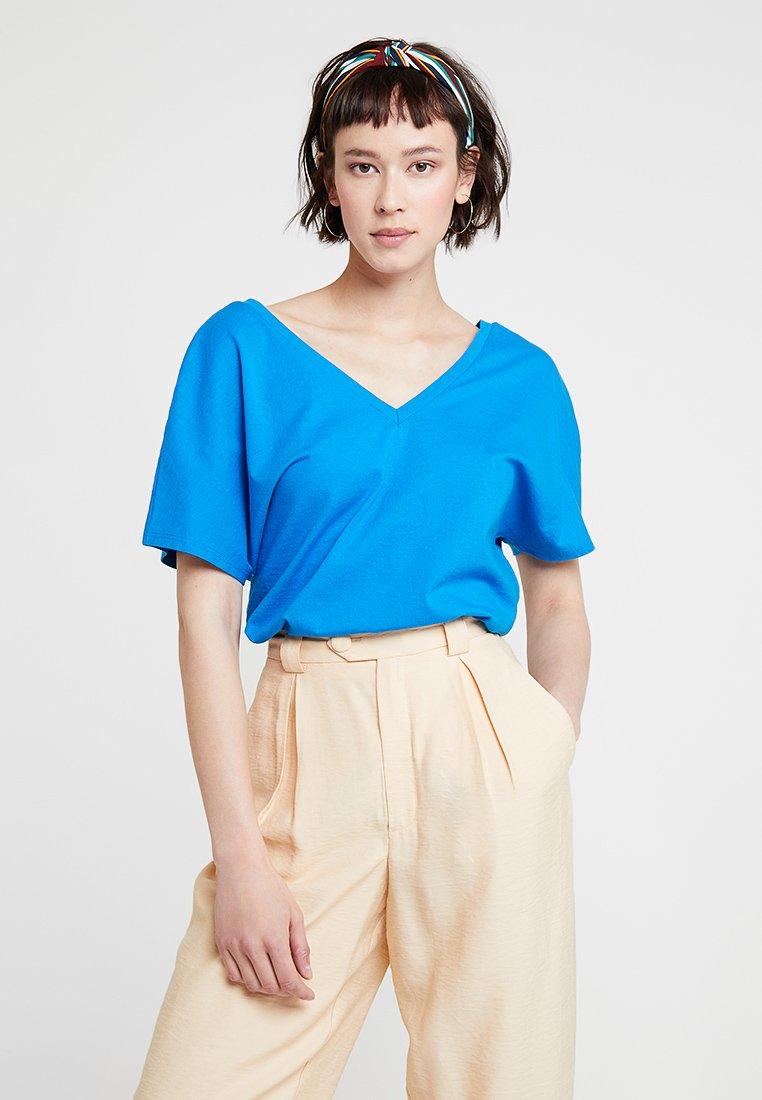 KIOMI - Print T-shirt - directoire blue