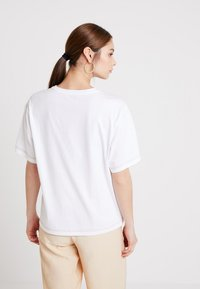 KIOMI - T-shirt basic - white/rusted orange - 2