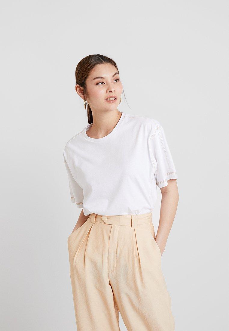KIOMI - T-shirt basic - white/rusted orange
