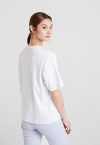 KIOMI - T-shirt basic - white/sulphur - 2