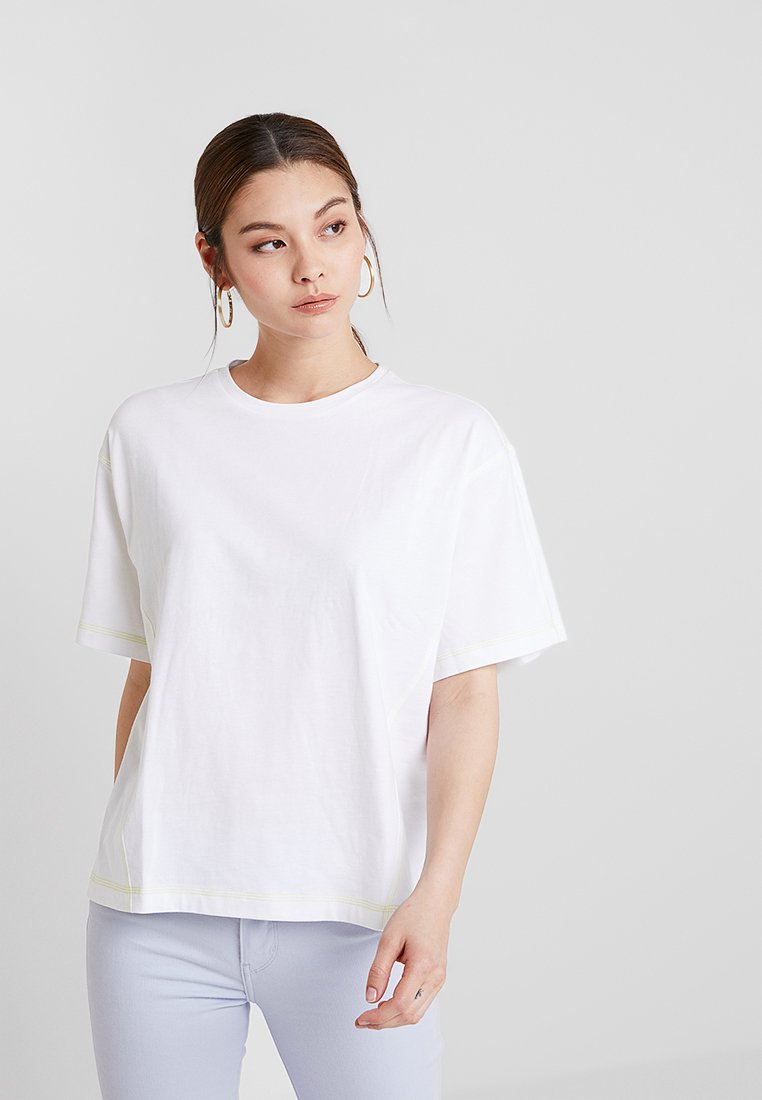 KIOMI - T-shirt basic - white/sulphur