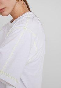 KIOMI - T-shirt basic - white/sulphur - 4