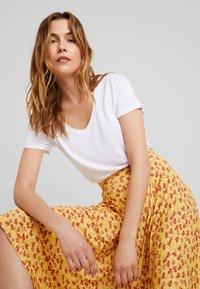 KIOMI - Basic T-shirt - bright white - 3
