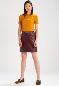 KIOMI - Camiseta estampada - yellow - 1