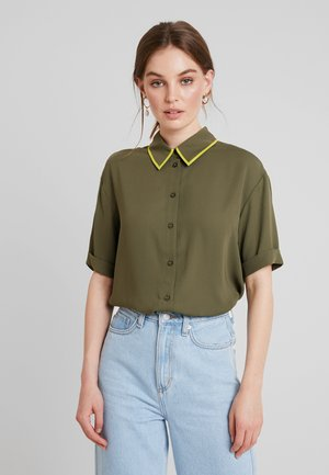 SHORTSLEEVE BOXY WITH PIPING - Košile - olive night