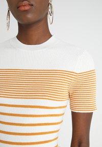 KIOMI - Print T-shirt - white/yellow - 5