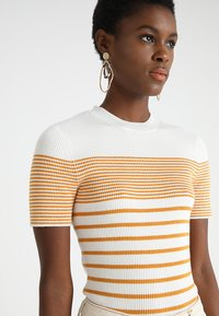 KIOMI - Print T-shirt - white/yellow - 3