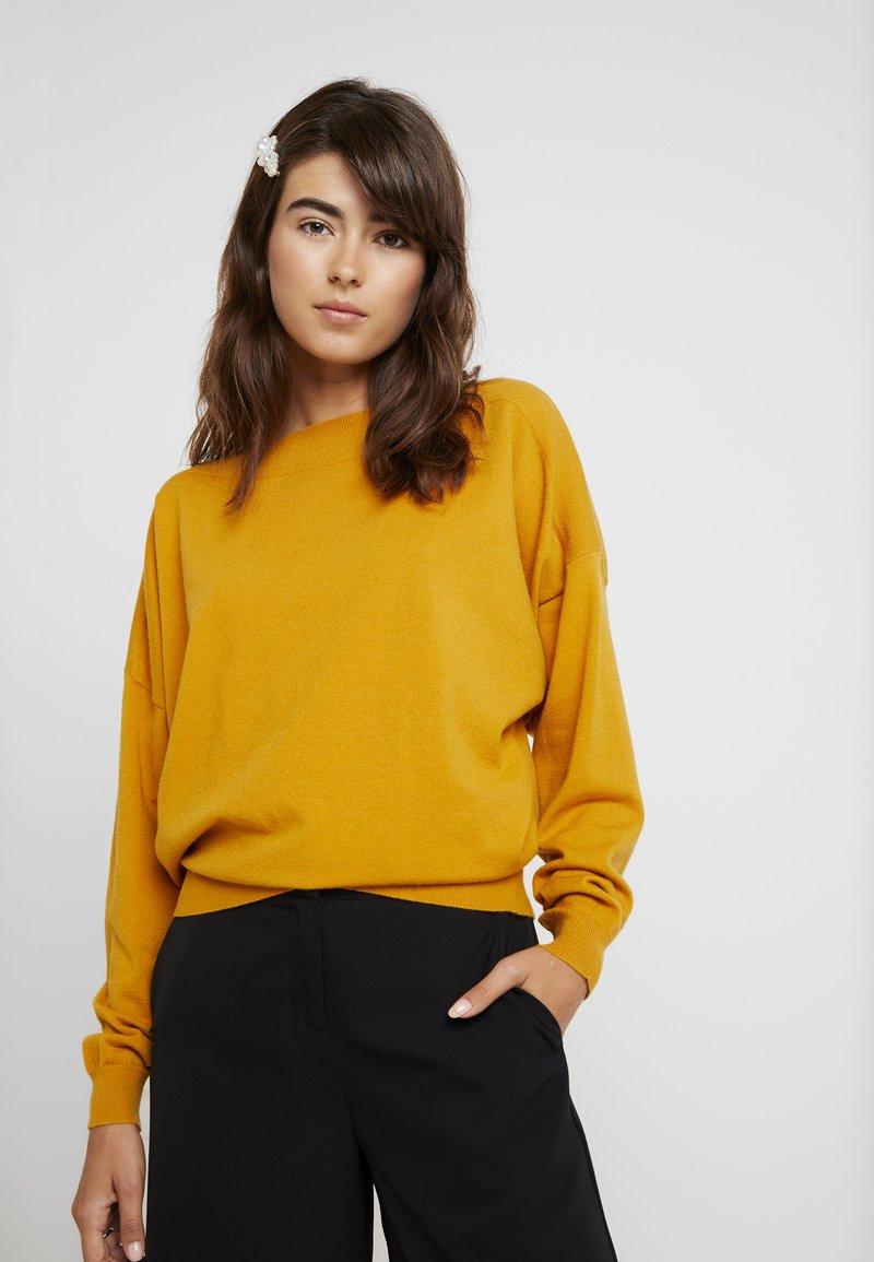 KIOMI - Strickpullover - golden yellow