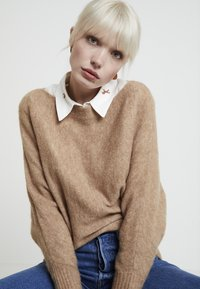 KIOMI - Stickad tröja - mottled beige - 3