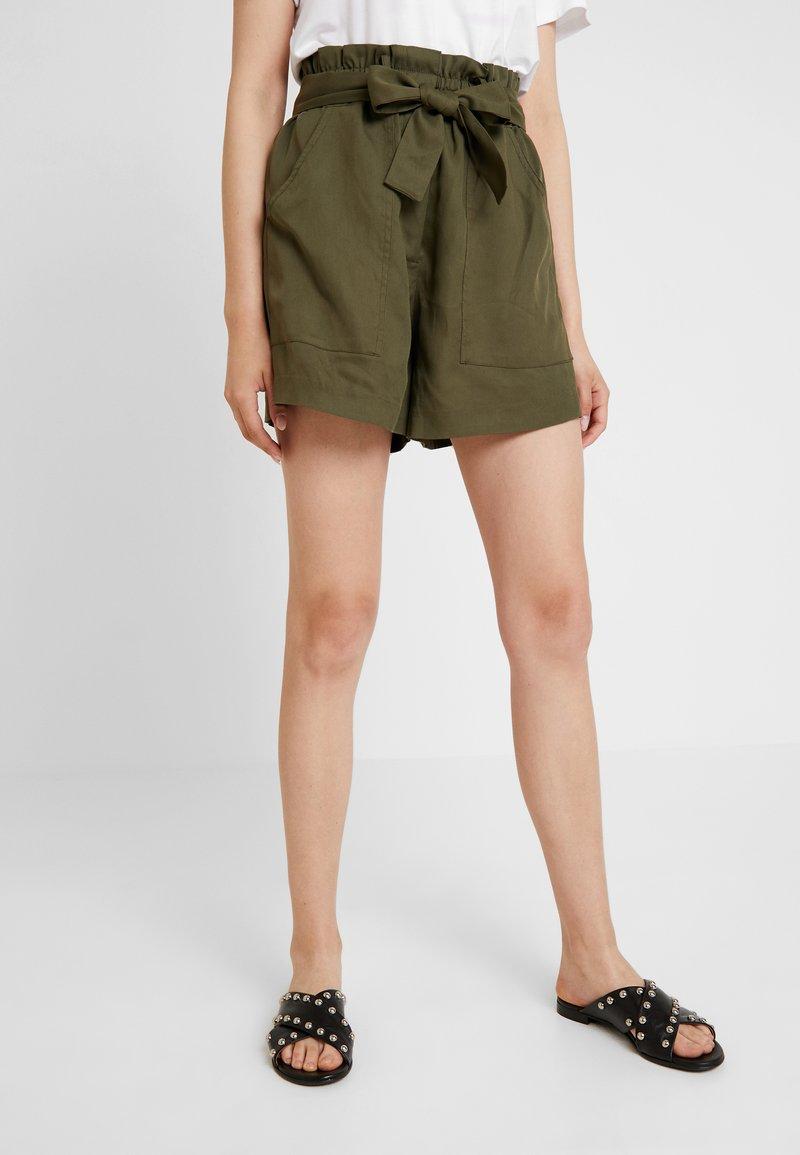 KIOMI - Shorts - olive night