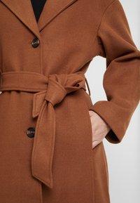 KIOMI - Zimní kabát - dark brown/camel - 5