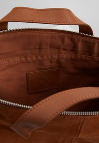 KIOMI - LEATHER - Notebooktasche - cognac - 4