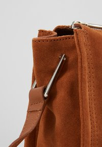KIOMI - LEATHER - Notebooktasche - cognac - 6