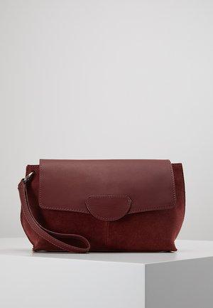 Pochette - ruby red
