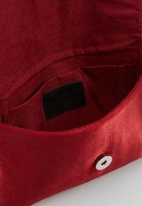 KIOMI - Pochette - ruby red - 4