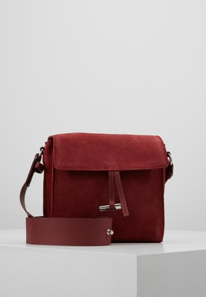 LEATHER - Schoudertas - ruby red
